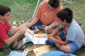 ילידים והורים לומדים גיאומטריה בצורה חוויתית